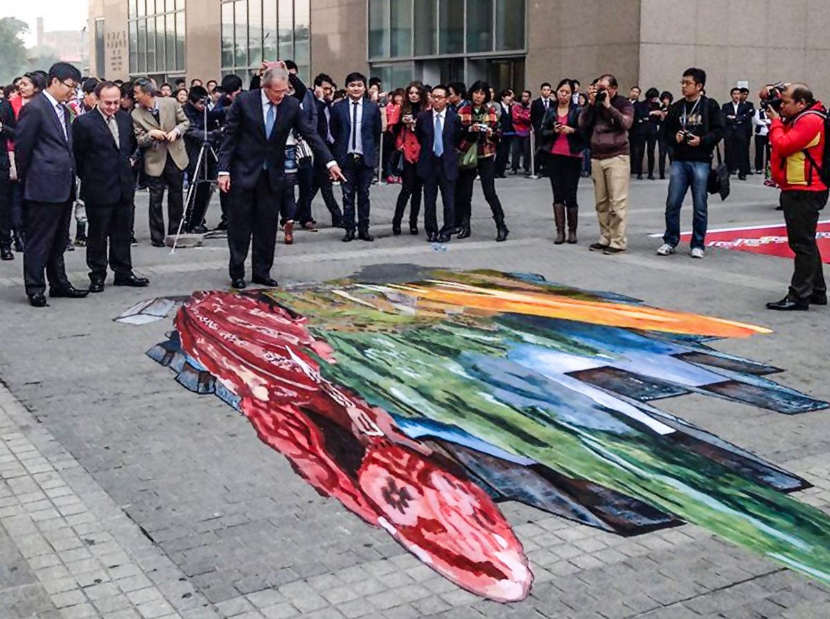 """Embajador del Perú en la R.P. China, el Sr. Gonzalo Gutiérrez Reinel, inaugura ante la prensa internacional, la obra """"Wiñay Llaqta"""" de César Paredes Pacora en el festival Yachay Raymi"""